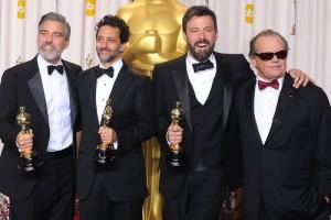 جرج کلونی و بن افلک هنگام دریافت اسکار (حسن کچل و دیوان حافظ ؛ وقتی از تهیه کننده آرگو یک هفته مدام در تلوزیون فیلم پخش می کنیم!)