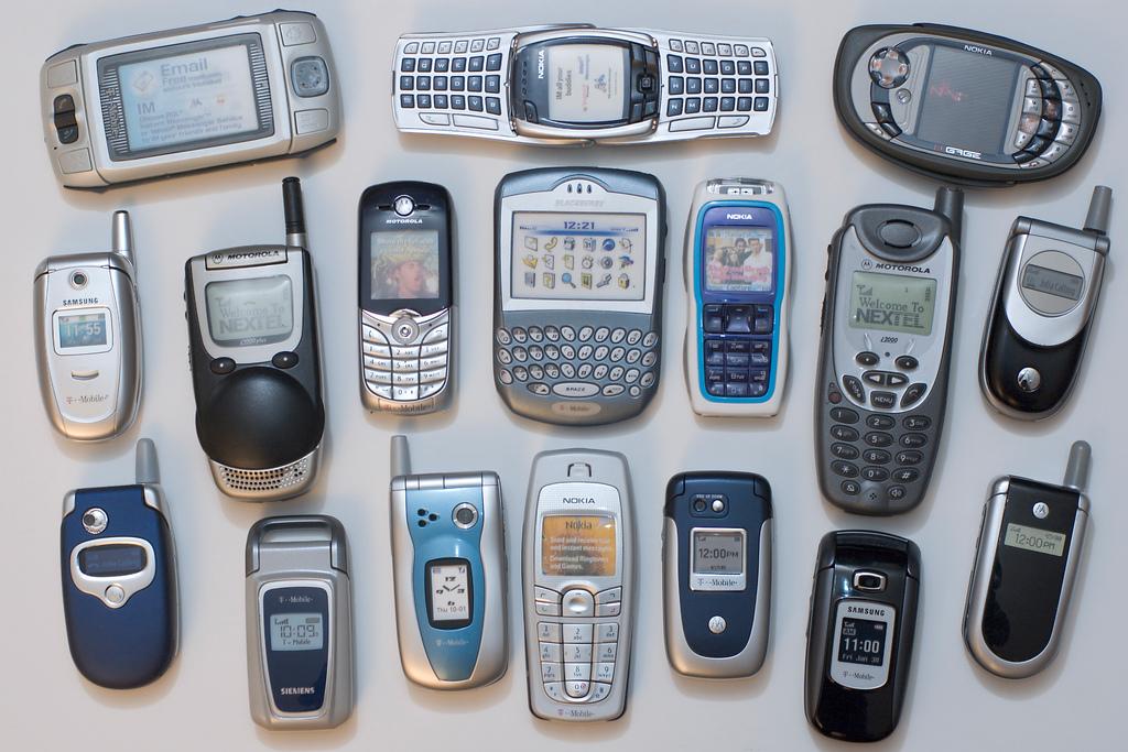 تلفن های همراه با کوچک تر شدن و ارزان شدن گسترش بی سابقه ای یافتند.