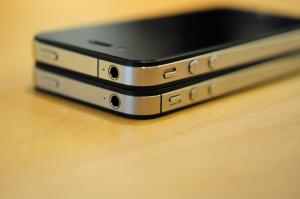 IPhone4SiPhone4 (آیفون شش: نقطه شکست ؛ بررسی ریشه های طراحی آیفون)